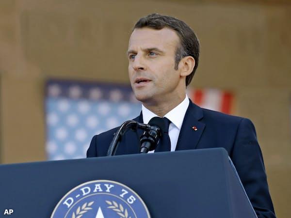 マクロン仏大統領は演説でトランプ米大統領に視線をやりながら話す場面があった(6日、仏北西部コルビルシェルメール)=AP