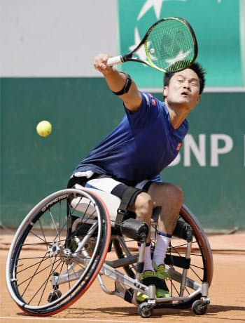 車いすの部男子シングルスで準決勝進出を決めた国枝慎吾(6日、パリ)=共同