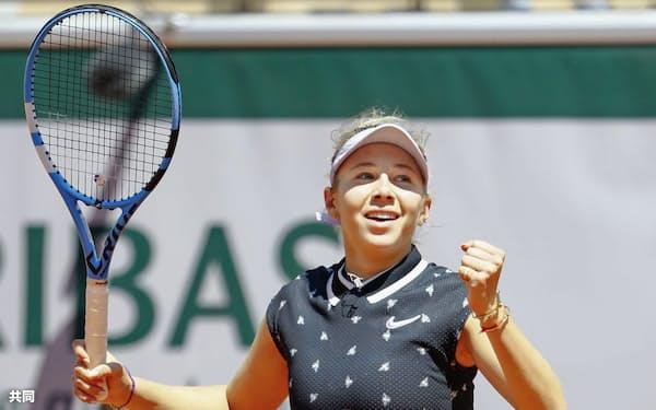女子シングルス準々決勝 ゲームを奪いガッツポーズするアマンダ・アニシモバ(6日、パリ)=共同