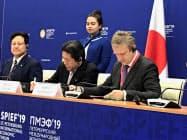 6日、サンクトペテルブルクで覚書に署名する日本貿易保険とSUEKの幹部ら