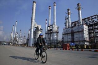 テヘラン近郊の石油精製所=AP