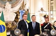ブラジルのボルソナロ大統領(左)とアルゼンチンのマクリ大統領(6日、ブエノスアイレス)