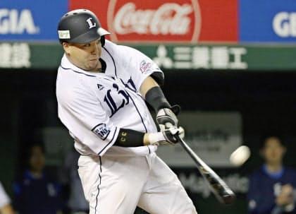 6日の広島戦で2打席連続本塁打を放った西武の山川=共同