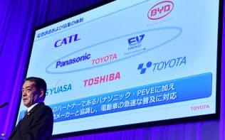電気自動車普及に向け、中国・寧徳時代新能源科技(CATL)などとの提携を発表するトヨタ自動車の寺師茂樹副社長(7日、東京都江東区)