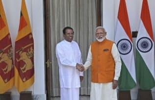 中国のインド洋進出を警戒する(5月31日、ニューデリーでスリランカのシリセナ大統領と会談するモディ首相(右))=AP