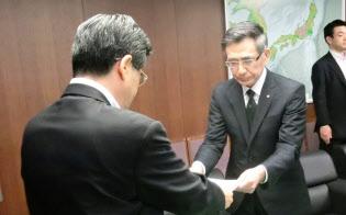 7日、石井国交相はスズキの鈴木社長に勧告書を手渡した