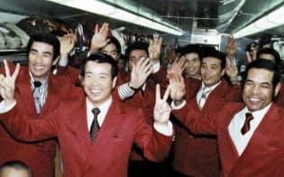 1980年、カープV3が新幹線車中で決まり、喜ぶナインらと耕平(手前)=「松田耕平追想録」から