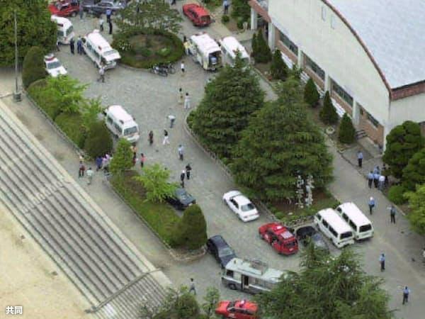 児童を搬送するため、大阪教育大付属池田小に到着した救急車(2001年6月8日、大阪府池田市)