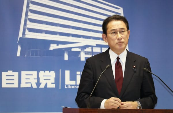 参院選の公約を発表する自民党の岸田政調会長(7日、党本部)