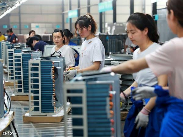 生産拠点の移転加速は中国の雇用にも影響を与える可能性がある(中国安徽省のエアコンなどを製造する工場で働く労働者)=ロイター
