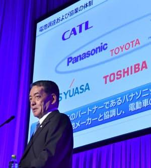 電気自動車普及に向けた計画を発表するトヨタ自動車の寺師茂樹副社長(7日、東京都江東区)