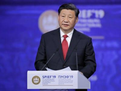 演説する中国の習近平国家主席(7日、サンクトペテルブルク)=AP