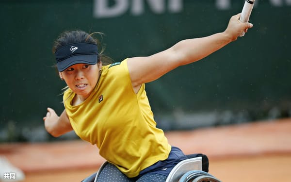車いすの部女子シングルス準決勝でマリヨレン・バウスに勝利した上地結衣(7日、パリ)=共同