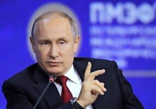 7日、サンクトペテルブルク国際経済フォーラムで演説するプーチン・ロシア大統領=AP