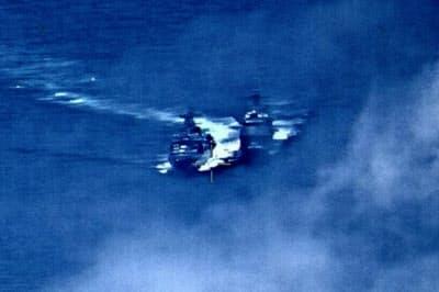 ロシアの駆逐艦(左)は米艦船に15~30メートルの距離まで接近した(米海軍提供)=AP