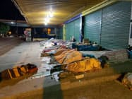 国境付近で夜を明かすベネズエラ難民(5月、ブラジル北部パカライマ)