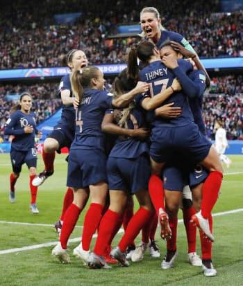 フランス―韓国 前半、チーム2点目のゴールが決まり、抱き合い喜ぶアンリ(上)らフランスイレブン(7日、パリ)=共同