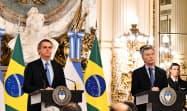 ブラジルのボルソナロ大統領(左)とアルゼンチンのマクリ大統領(右)(6日、ブエノスアイレス)