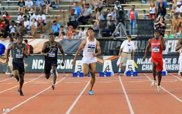 陸上全米大学選手権の男子100メートル決勝で、9秒97の日本新記録をマークし、3位となったサニブラウン・ハキーム(中央)=7日、米テキサス州オースティン(共同)