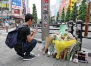 無差別殺傷事件の現場となった交差点で手を合わせる男性(8日午前、東京都千代田区)