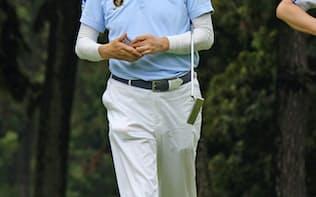 ゴルフをする安倍首相(8日、神奈川県茅ケ崎市)