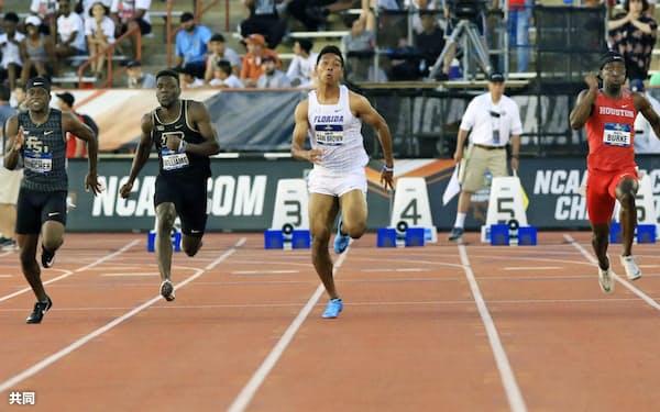 陸上全米大学選手権の男子100メートル決勝で、9秒97の日本新記録をマークし、3位となったサニブラウン(中)(7日)=共同