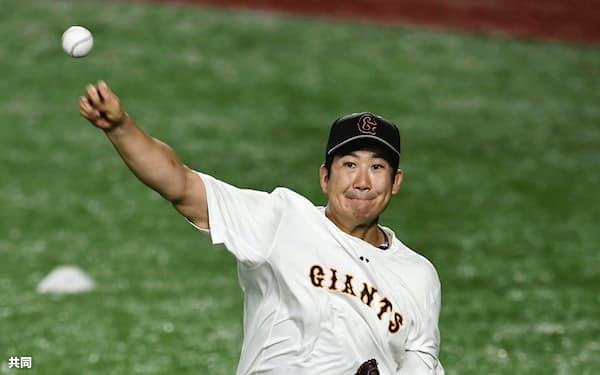 試合前、キャッチボールする巨人・菅野(8日、東京ドーム)=共同