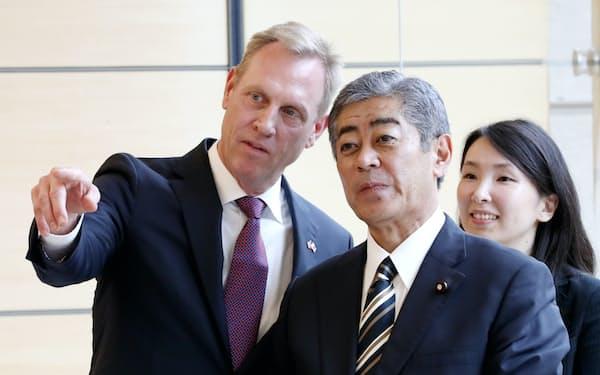 表敬のため首相官邸を訪れたシャナハン米国防長官代行(左)と岩屋防衛相(4日)