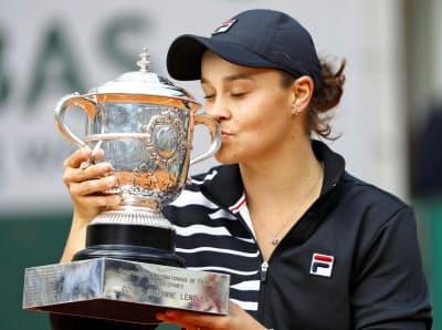 女子シングルスで優勝して四大大会初制覇。トロフィーにキスするアシュリー・バーティ=共同