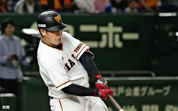 5月2日の中日戦で天井へ当たる三塁適時内野安打を放つ巨人・岡本=共同