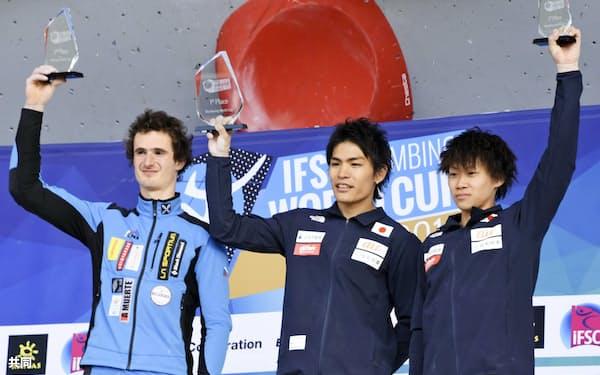 総合優勝を決め、表彰台で喜ぶ楢崎智亜(中央)。右は3位の緒方良行(8日、米コロラド州ベイル)=共同