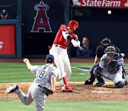 4回、マリナーズ・菊池(手前)から3者連続となる6号本塁打を放つエンゼルス・大谷(8日、アナハイム)=共同