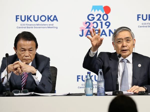 G20財務相・中央銀行総裁会議が閉幕し、記者会見する黒田日銀総裁(右)と麻生財務相(9日午後、福岡市)