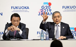 G20財務相・中央銀行総裁会議が閉幕し、記者会見する黒田日銀総裁(右)と麻生財務相(9日午後、福岡市)