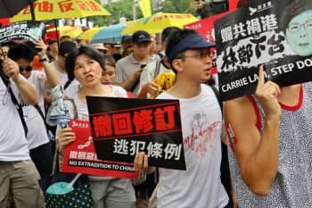 デモ参加者はさまざなボードを掲げて行進した(9日、香港)