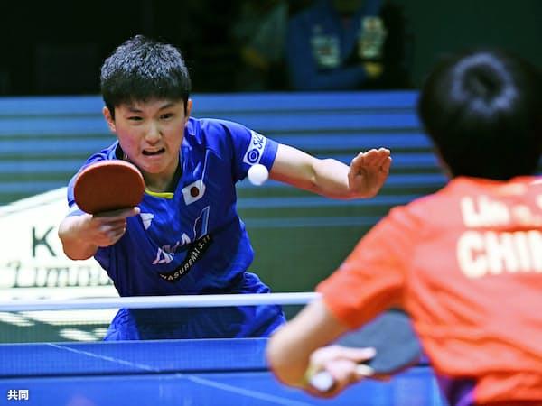 男子シングルス決勝で林高遠(手前)と対戦する張本智和(9日、香港)=共同
