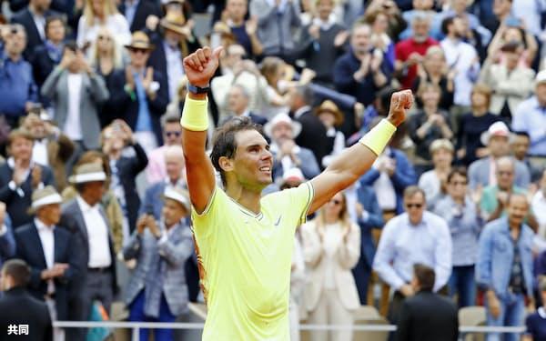 男子シングルスで優勝しガッツポーズするラファエル・ナダル(9日、パリ)=共同