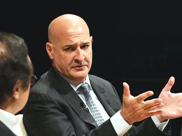 対談する米セールスフォース・ドットコムのキース・ブロック共同CEO(10日午前、東京・大手町)