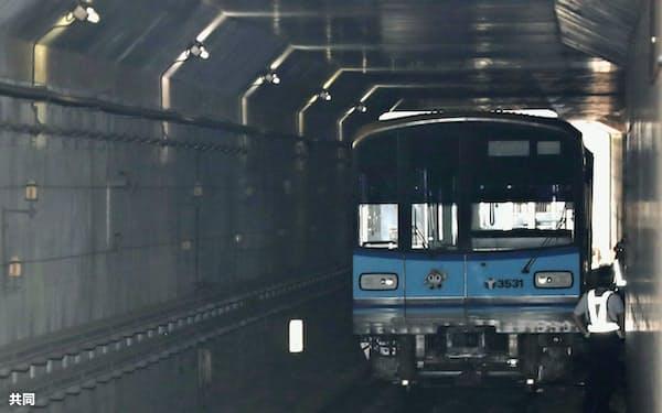 横浜市営地下鉄ブルーラインの下飯田駅付近で脱線した車両(6日、横浜市泉区)=共同