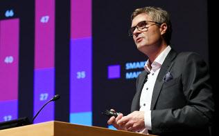 講演するコグナイト(ノルウェー)のジョン・マーカス・ラービック創業者兼CEO(10日午前、東京・大手町)
