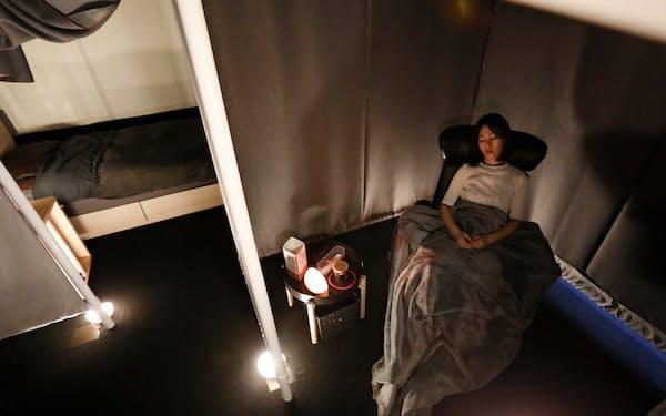 パーテーションで仕切られた空間でコーヒーを飲み、睡眠をとれる(東京都品川区のネスカフェ 睡眠カフェ)