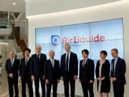日本エア・リキードの研究施設を訪問したルメール経財相(中央)