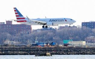 停止前に運航中のアメリカン航空のボーイング737MAX機=ロイター