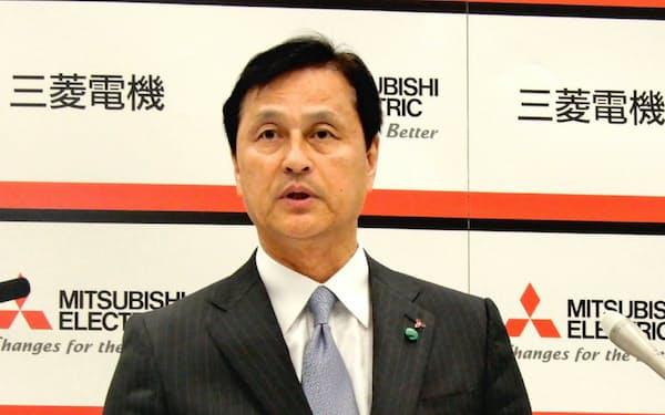 経営戦略説明会で自社株買いに言及する杉山社長(5月20日、東京・千代田)