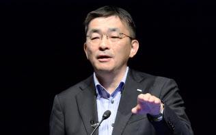 講演するKDDIの高橋誠社長(10日、東京・大手町)