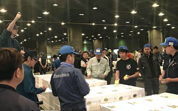 早朝からせりを取引する市場関係者(5月30日、名古屋市熱田区)