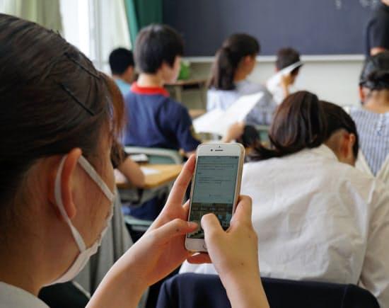 宿泊防災訓練の振り返りをスマホに記入する生徒(5月、東京都立戸山高校)