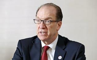 インタビューに答えるマルパス世界銀行総裁