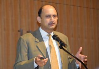 都内で講演するインド準備銀行のアチャリャ副総裁(10日)