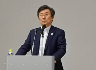 中期経営計画の説明をする安川電機の小笠原社長